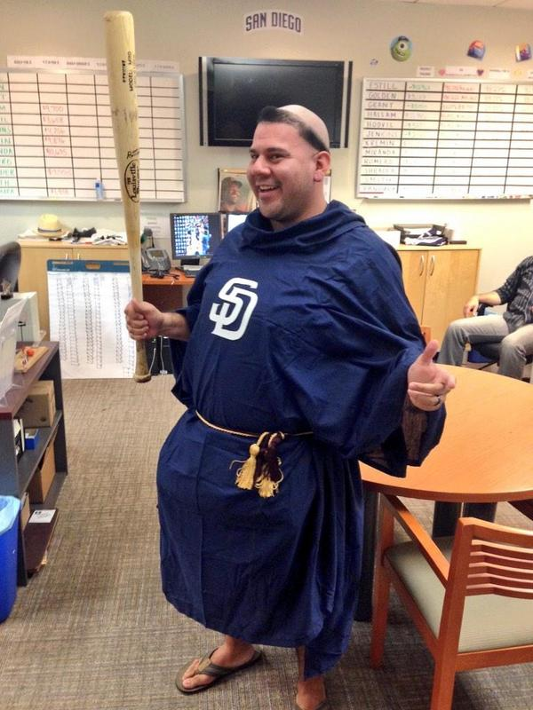 padres-swinging-friar-costume